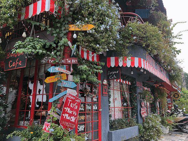 Bonjour Cafe The Art - Xanh xanh, đỏ đỏ em nhỏ nó thương