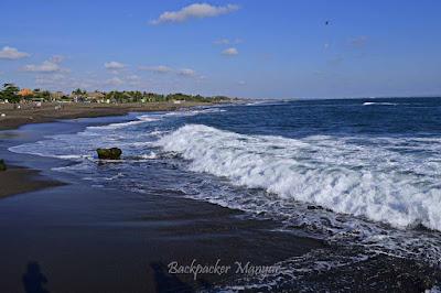 Gelora omabak menghempas Pantai Munggu - Backpacker Manyar