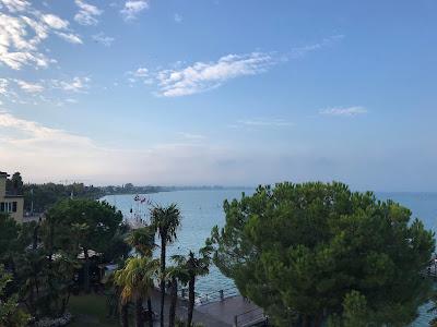 Utsikt over en havn og langsetter kysten.