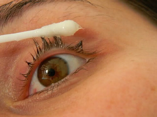 Castor oil for the beauty of eyelashes and eyebrows