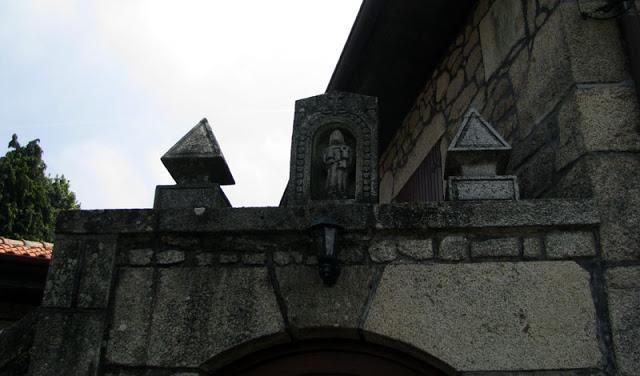 pequena imagem de Santiago de compostela em pedra