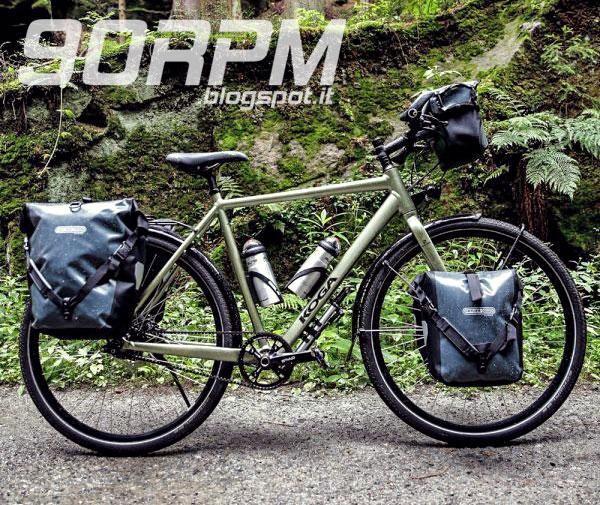 8f2500d1ed Bicicletta da viaggio vista lateralmente dotata di portapacchi fronte e  retro e borse laterali da viaggio