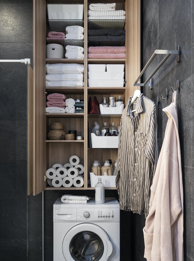 Novedades catálogo IKEA 2021 en baños: cuarto de baño con zona de lavandería.