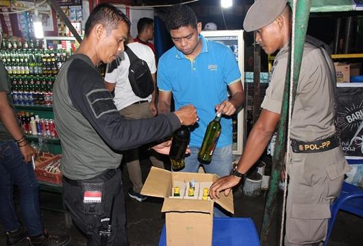 Ratusan Botol Minuman Keras Disita Satpol PP Padang