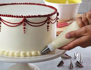 Menghias Kue Ulang Tahun