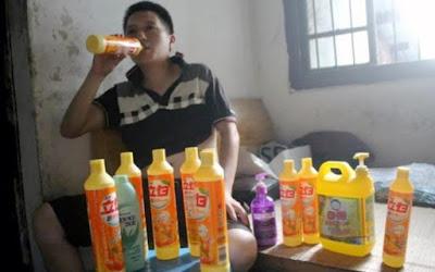 Ο άνδρας που έχει εθισμό στο υγρό απορρυπαντικό