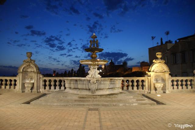 Viterbo di sera con la bella fontana di Palazzo dei Priori