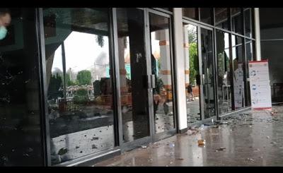 Pendemo UU Cipta Kerja Hancurkan Gedung DPRD Lampung