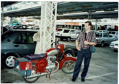Tsekin maalla v. 2004 Eero näki vanhan, hyväkuntoisena säilyneen Jawa-CZ -moottoripyörän, jo´llaista jutussaan muistelee.