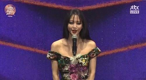 Han Ye Seul, 'Altın Disk Ödülleri'ndeki tarzıyla şaşırttı