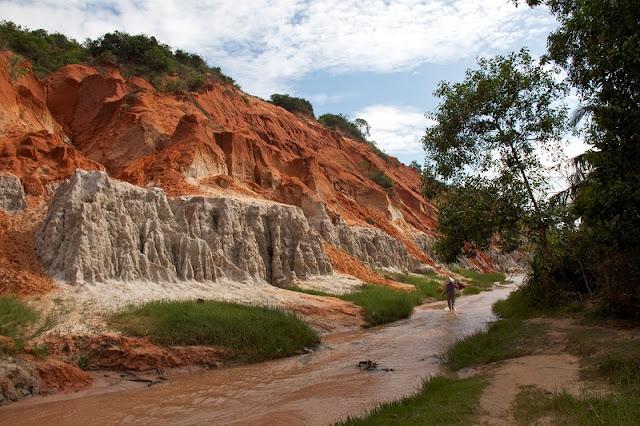 Discover the river and red sand cliffs of Mui Ne's Fairy Stream
