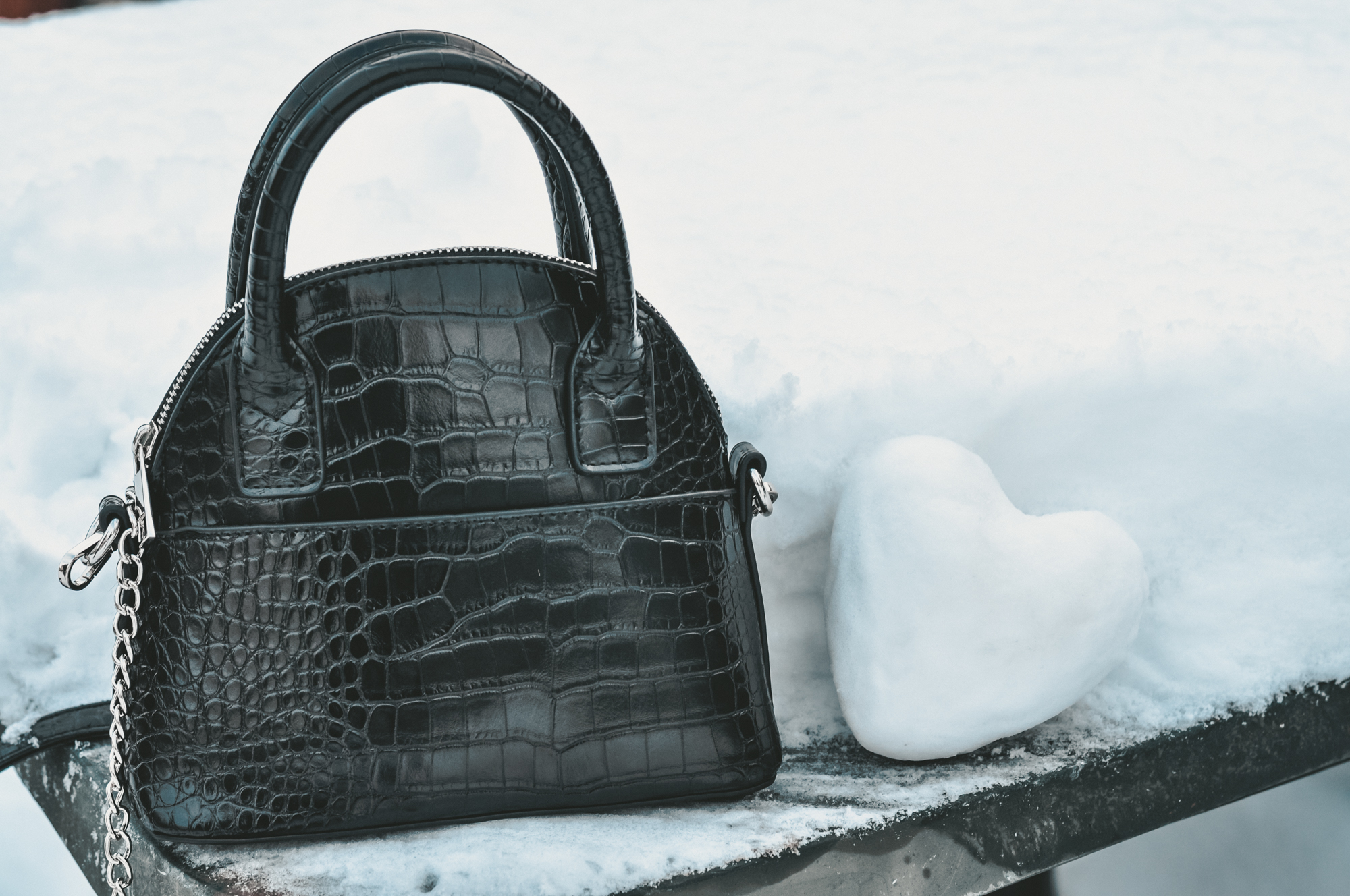 czarna torebka na pasku Bonprix