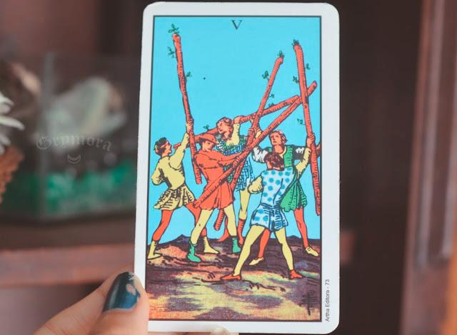 Saiba o significado da Carta 5 de Paus no Tarot do amor, dinheiro e trabalho, na saúde, como obstáculo ou invertida e como conselho.