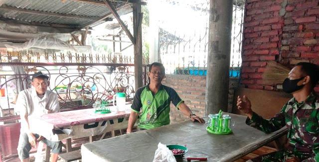 Dengan Cara Komsos Personel Jajaran Kodim 0207/Simalungun Laksanakan Warung Ibu Warsini Ajak Patuhi Prokes