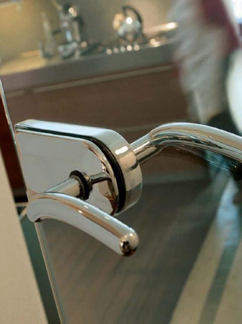 Glass pendulum door