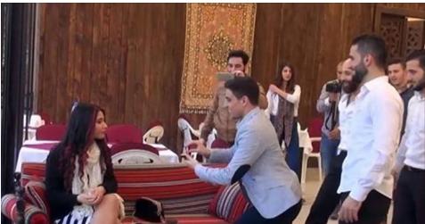 بالفيديو : طلب يدها فرفضت.. فماذا فعل العريس؟ شاهد بالفيديو ردة فعله بعد أن رفضته عندما طلب يدها في مكان عام
