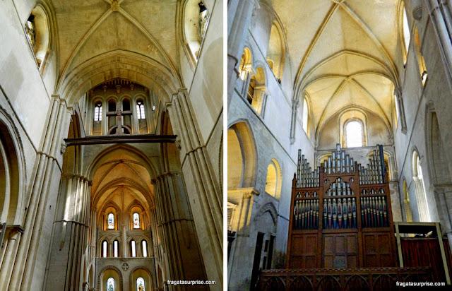 Interior da igreja medieval da Santa Cruz, no Hospital of Saint Cross, Winchester