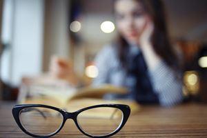 Kacamata Membuat Minus Mata Bertambah Parah?