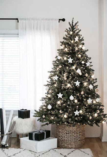 árvore de Natal decorada de branco