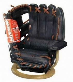 diseño de silla muy ingeniosa con forma de guante de baseball