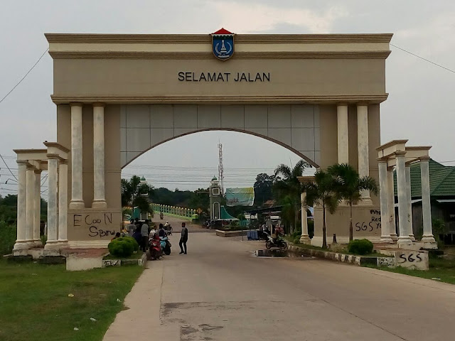 Pintu Gerbang Tanjung Senai Penuh Coretan