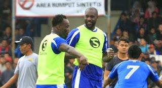Situs Resmi Chelsea Beritakan Reuni Essien & Cole di Persib Bandung
