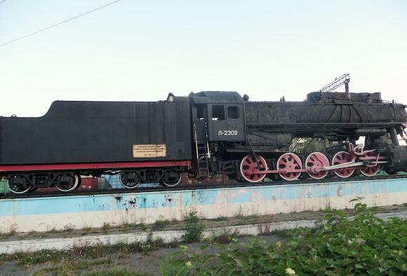 Казатин. Железнодорожная станция. Паровоз-памятник Л-2309