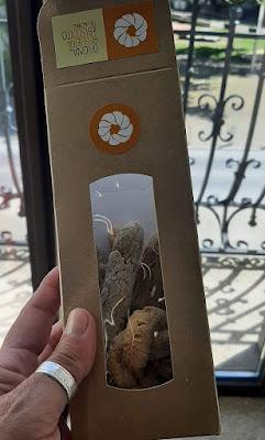 mão segurando pacote de bicoitos de Valongo