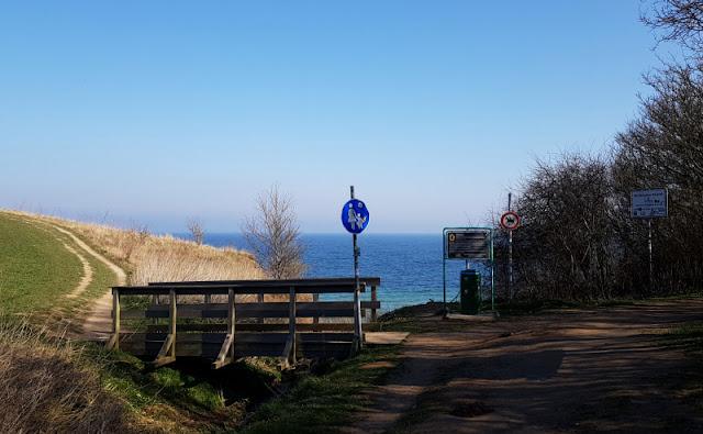 Küsten-Spaziergänge rund um Kiel, Teil 1: Die Steilküste bei Stohl. Der Weg führt oben an der Küste oder unten am Strand entlang, von hier aus kann man bis nach Dänemark sehen.