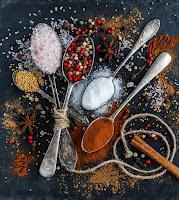 Użyj soli i octu, aby pozbyć się chwastów