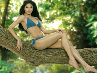 Actress Parvathy Omanakuttan Hot Wallpapers at beach