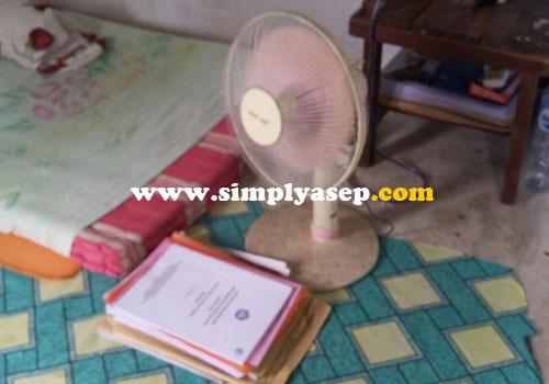KIPAS ANGIN :  Tidak ada TV.  Jaringan internet menjadi kendala di daerah Kubu.  Cuaca panas di Kubu harus ada kipas angin.  Foto Asep Haryono