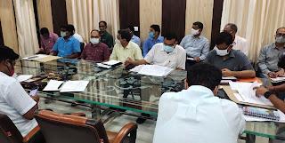 डीएम ने अधिकारियों के साथ की बैठक    #NayaSaberaNetwork