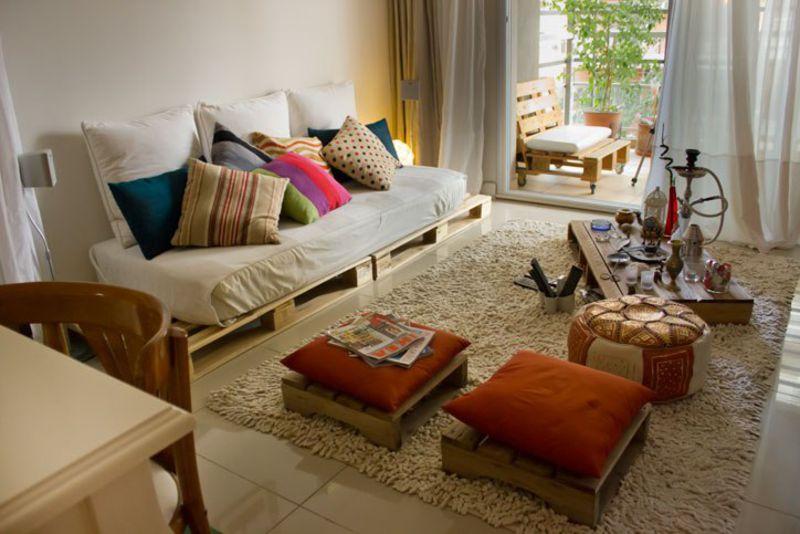 siguiendo la filosofa diy este piso situado en buenos aires est decorado con palets en el saln podemos encontrar un sof taburetes y una mesa muy