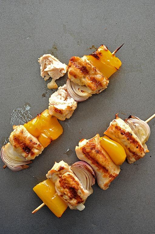 دجاج مشوي بحشو الجبن في أسياخ