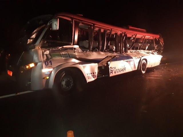 Caminhão atinge ônibus de Colombo e mata dois estudantes em Guarapuava