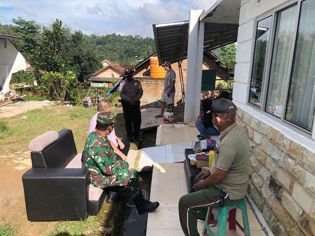 Danramil 410-02 TBS Mayor Inf Soeprapto beserta Danpos dan Babinsa Di Kecamatan Kemiling, melaksanakan kegiatan Gotong-royong evakuasi Longsor yang menimpa Rumah ibu Sofia