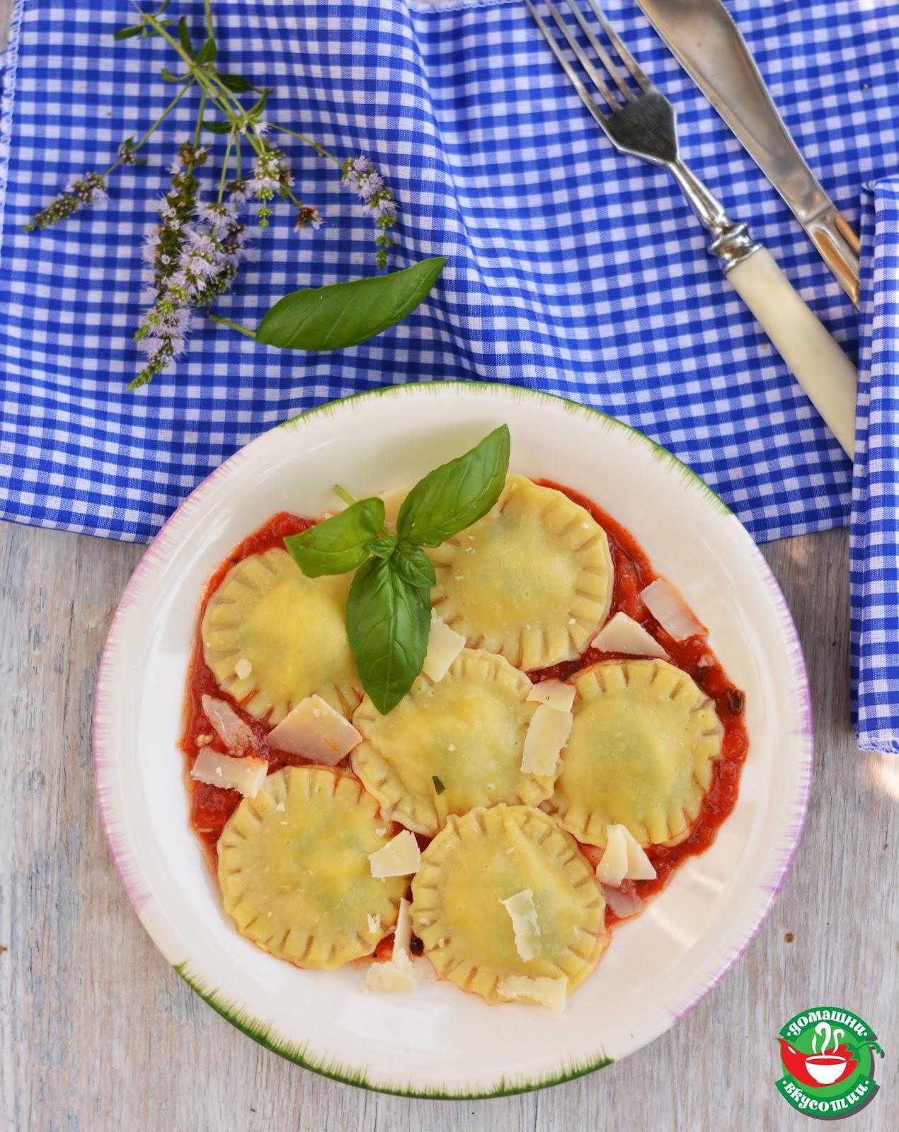 домашни равиоли покрити с пармезан и доматен сос