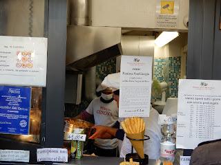 ジェノヴァのフライ屋さんの店内風景