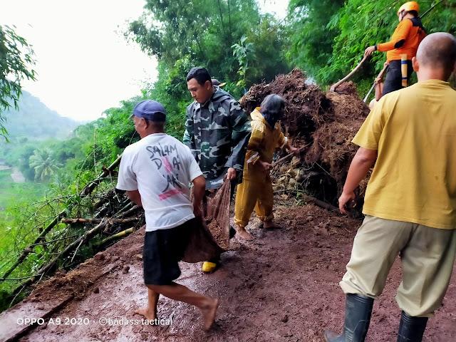 KodimKaranganyar - Babinsa Evakuasi Longsor Tutup Akses Desa