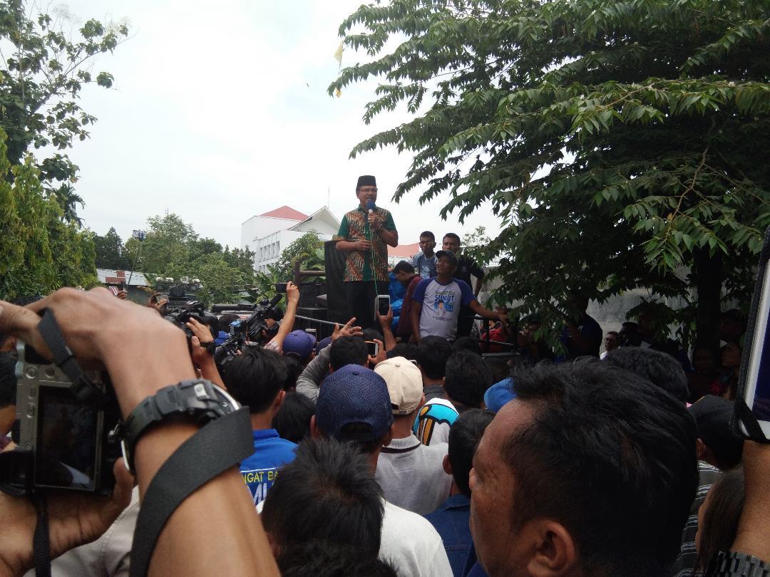 Massa pendukung JR Saragih memadati kantor kejaksaan tinggi Sumatera Utara.