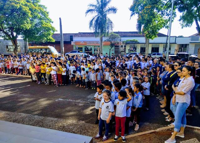Escolas de Marumbi se reúnem na praça em comemoração ao Setembro Amarelo