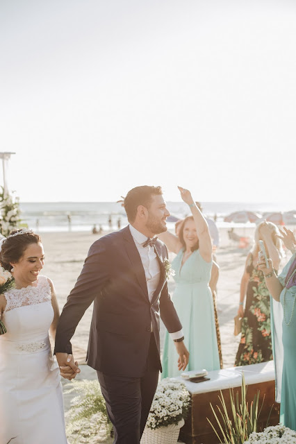 Beach wedding, bride and groom and guests:Photo by Getúlio Moraes on Unsplash