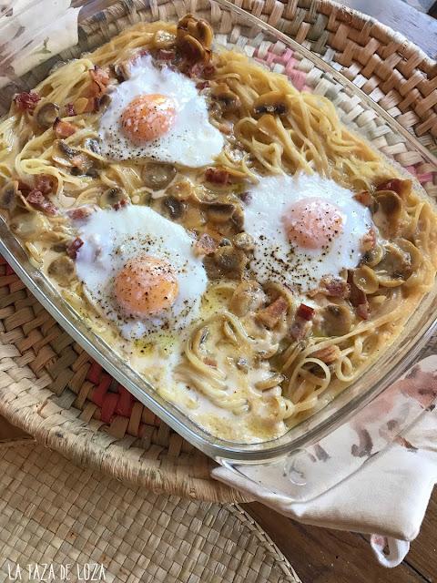 Pasta con salsa y huevos