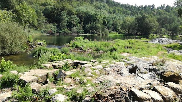 Rochas na margem do Rio