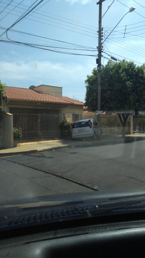 Motorista perde controle do veículo e bate em portão de uma casa em Cajobi