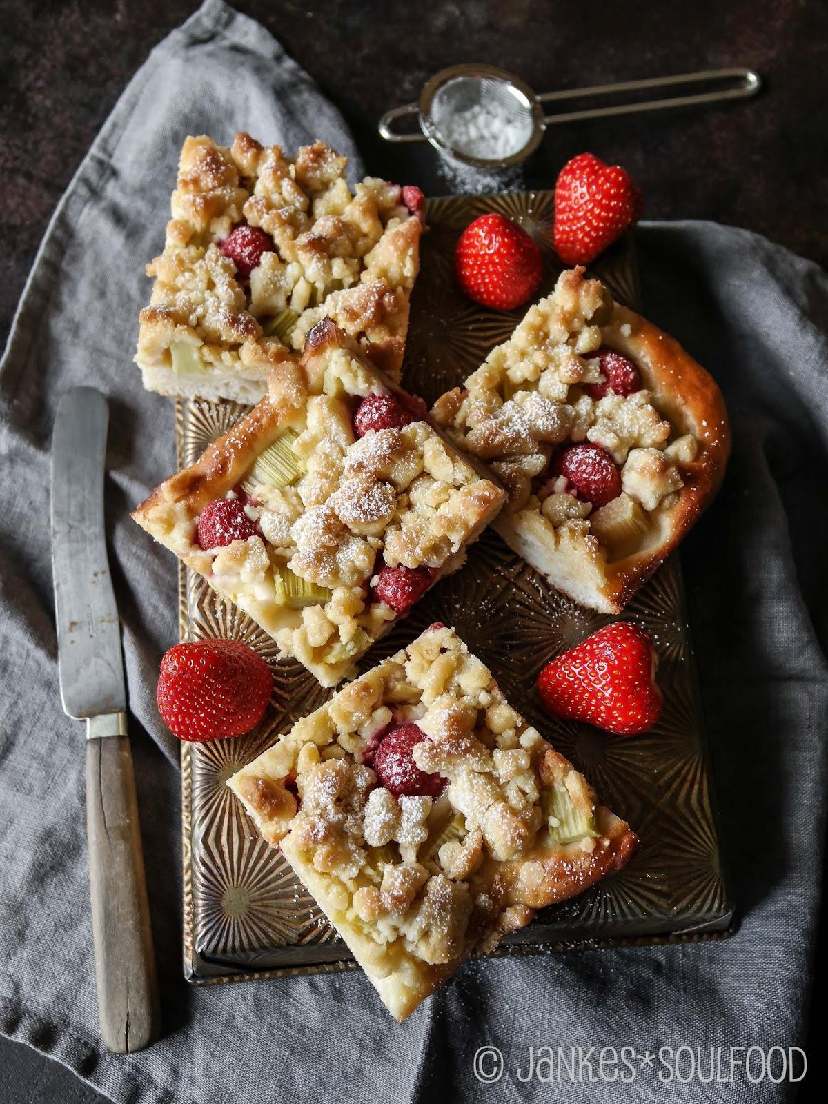 Erdbeer-Rhabarber-Kuchen mit Streuseln von Jankes*Soulfood