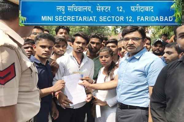rawal-instution-no-teacher-student-protest-and-complaint-to-dc-faridabad