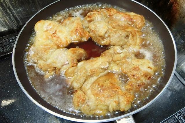 鶏肉に火がとったら調味料を加えて煮込む