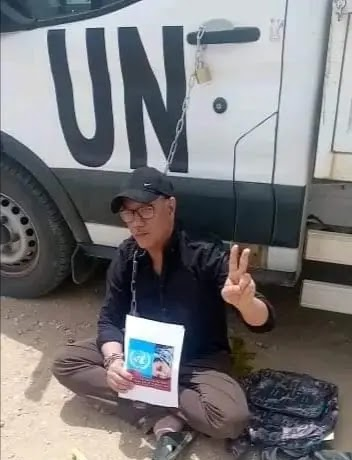 🔴 ورد الآن | ناشط صحراوي يُقيد نفسه بمركبة لبعثة المينورسو للفت إنتباه المنظمة للمعاناة التي يعيشها الصحراويون في الأراضي المحتلة.